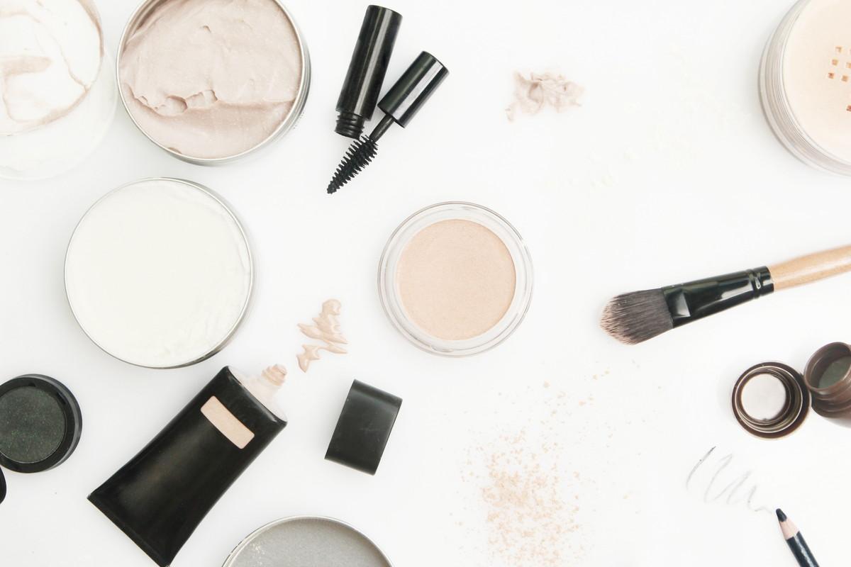 くすみの8つの原因と解消法。オススメの化粧品とメイク術を知ろう
