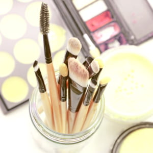 眉毛の正しいお手入れ方法。印象を左右する整え方と描き方のコツ