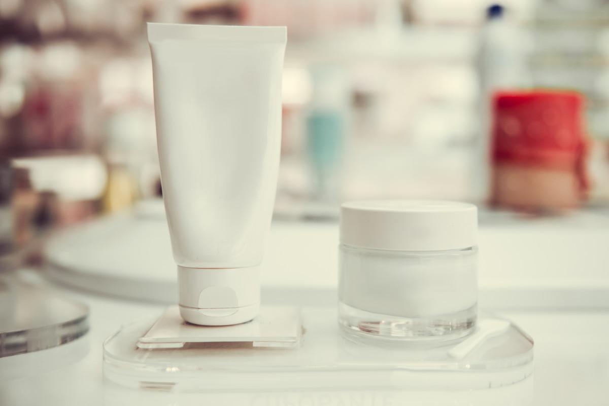 「顔の白ニキビを治すには」できてしまう原因とその対策方法について